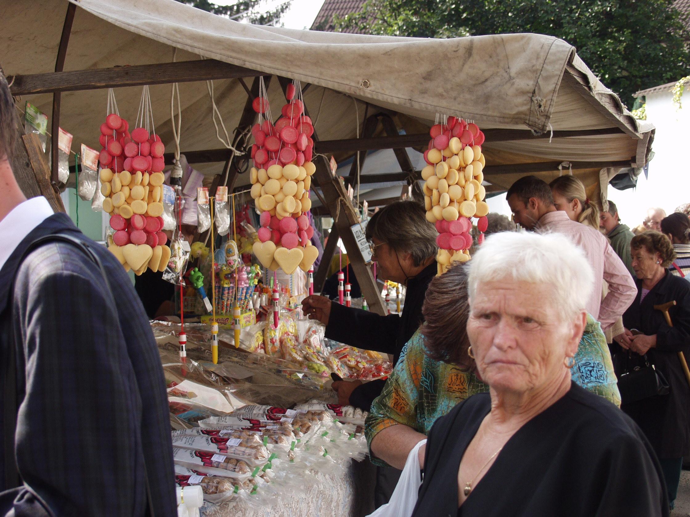 Mézeskalács olvasók a Szervita búcsúban. Császi Irén felvétele, 2004.